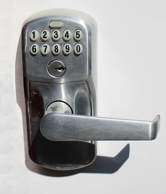 Serrure sécurisée avec clé et code